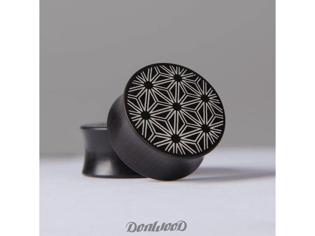 cerno bily dreveny plug geometricky vzor donwood pedro