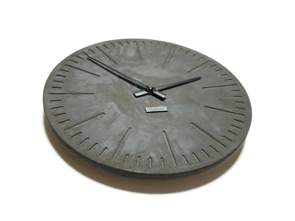 Závěsné betonové hodiny tmavě šedé s černými ručičkami