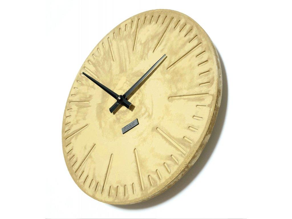 Betonové hodiny žluté s černými ručičkami