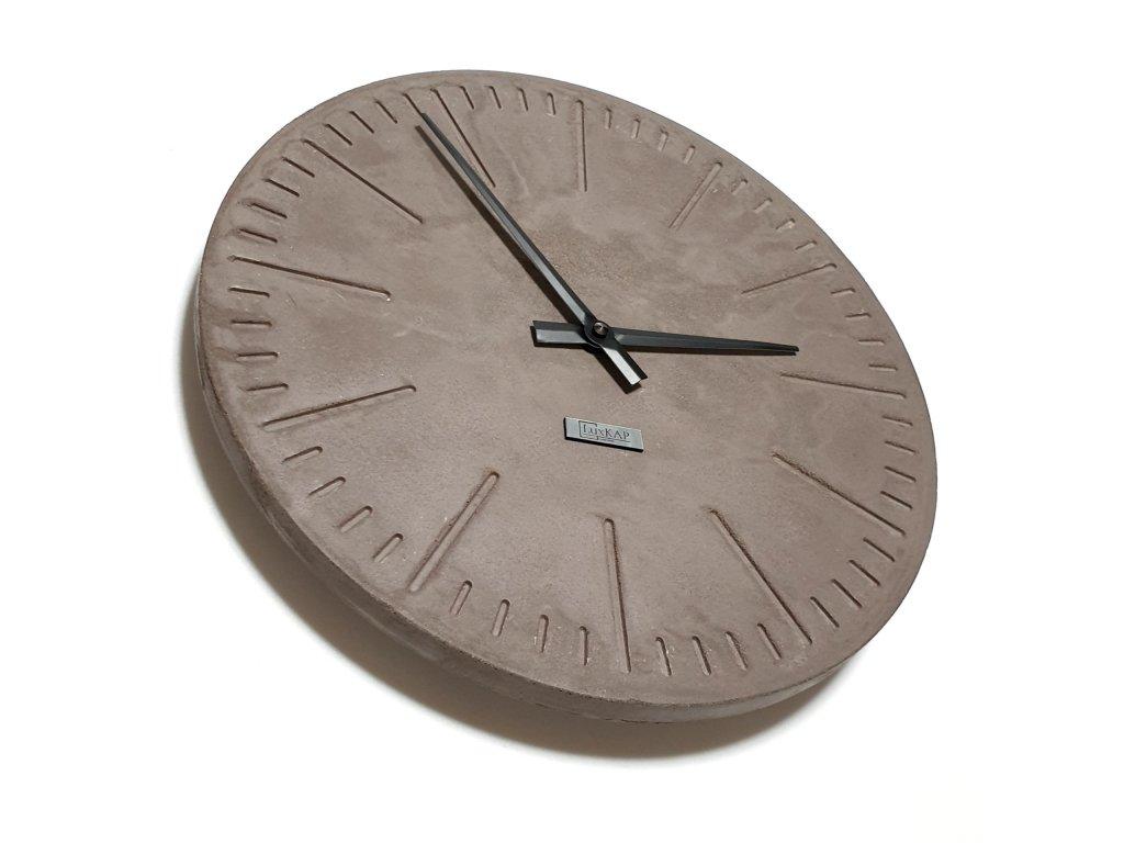 Závěsné betonové hodiny hnědé s černými ručičkami