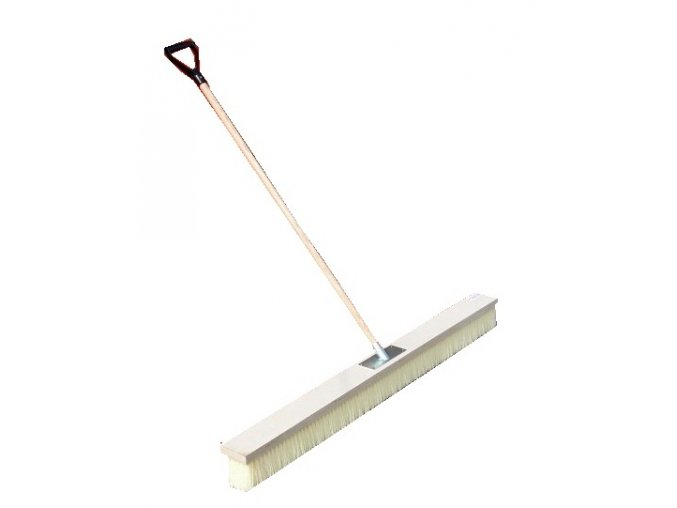 Koště na úpravu tenisových dvorců s dřevěnou násadou