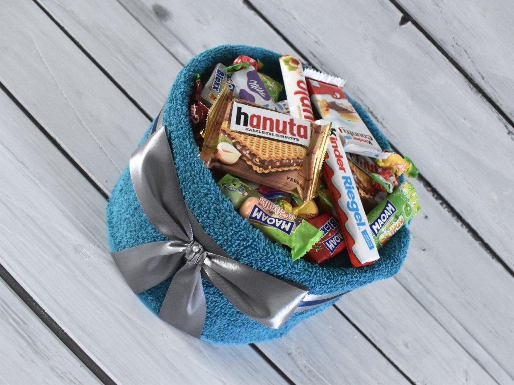 Ručníkový dort plný sladkostí