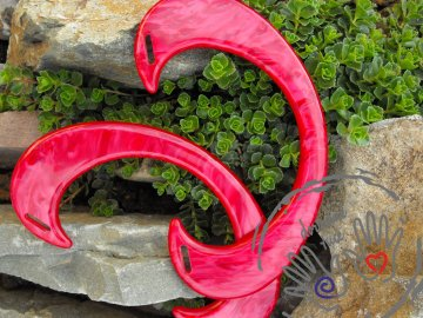 Tvarovaná červeně žíhaná ucha, plast