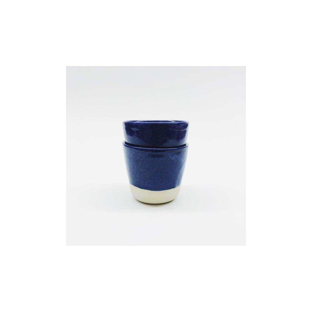 Kameninový kelímek s modrou glazurou