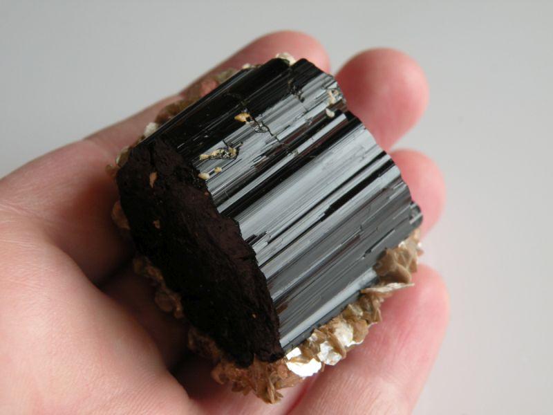 Turmalín - černý skoryl, kámen, minerál, nerost, hornina, přírodní, surový, krystal