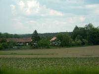 Pohled na obec Suky od hlavní silnice