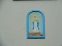 Malovaný obrázek panny Marie - Madony na fasádě domu LC Rosy