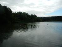 Rybník Horní Tis v údolí mezi Pikárcem a Bobrůvkou