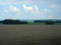 Pohled na lán polí táhnoucí se k Ostrovu nad Oslavou