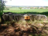 Kamenná lavička z velkého bloku kamene