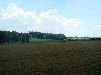 Pohled do krajiny táhnoucí se k vesnici Rousměrov