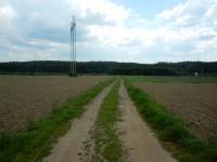 Cesta vedoucí mezi poli s výskytem drahých kamenů a minerálů