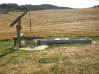 Vodní pumpa s dřevěným korytem