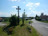 Kamenný kříž u hlavní silnice vedoucí okrajem obce Rousměrov