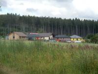 Pohled na novou zástavbu na okraji vesnice