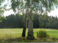 Kamenný kříž u silnice poblíž naleziště červených a růžových rubelitů