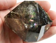 Oboustranně ukončený krystal duhové záhnědy z Dolních Borů z Hatí
