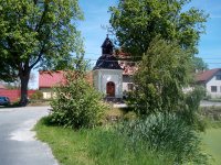 Kaplička - malá zvonička v centru obce