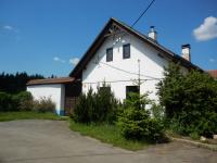 Malebná vesnická stavení v obci Laštovičky na Vysočině