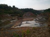 Povrchový lom v Horních Borech - v puklinách se občas nachází drahé kameny a minerály
