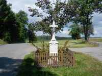 Mramorový kříž za vsí u silnice směrem na Bobrůvku