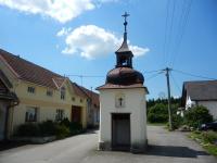 Zvonička - kaplička uprostřed návsi