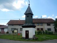 Historická zvonička uprostřed návsi