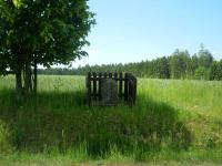 Smírčí kámen s vytesaným křížem mezi Rousměrovem a Laštovičkami