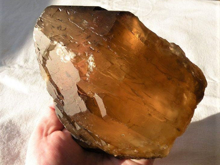 Krystal - Katedrála - Světelná knihovna - tvoří ji kámen citrín nalezený v České republice v oblasti Vysočiny na Vysočině