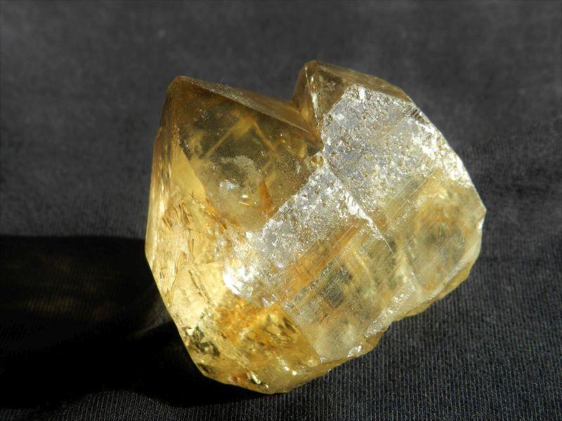 Tantrická dvojice - drahokamový krystal českého citrínu z naleziště Kněževes na Vysočině