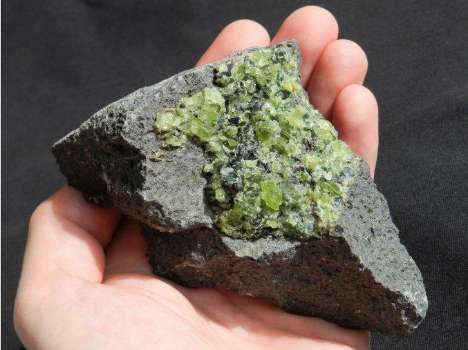 olivin prirodni drahy kamen smrci zeleny lom zajimavy netradicni obrazky 1