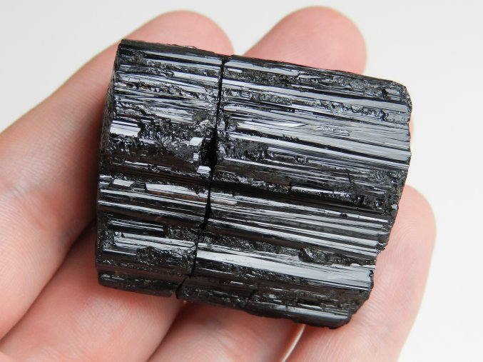 cerny turmalin skoryl velky pravy cesky kamen pikarec vysocina obrazky 1