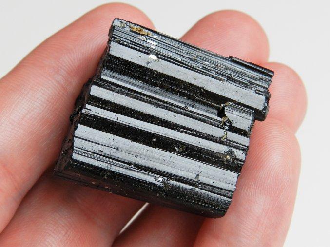 cerny turmalin skoryl polodrahokam cesky kamen nerost mineral obrazky 1