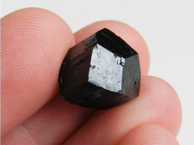 cerny turmalin skoryl ukonceny dokonaly pyramidalni vysocina 1