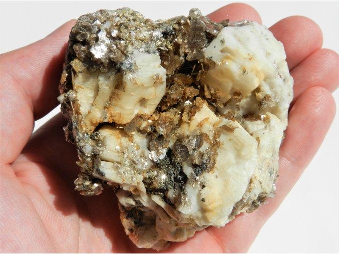 albit muskovit sbirkovy krasny bile kostky zarostly lupeny vysocina kamen vzacny obrazky 1