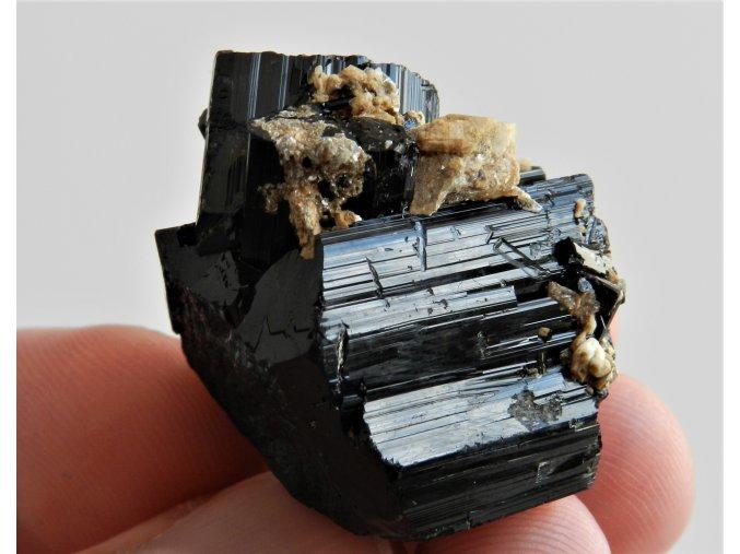 cerny turmalin skoryl srostlice zajimavy vzorek kamen mineral vysocina pikarec leskly prirodni obrazky 1