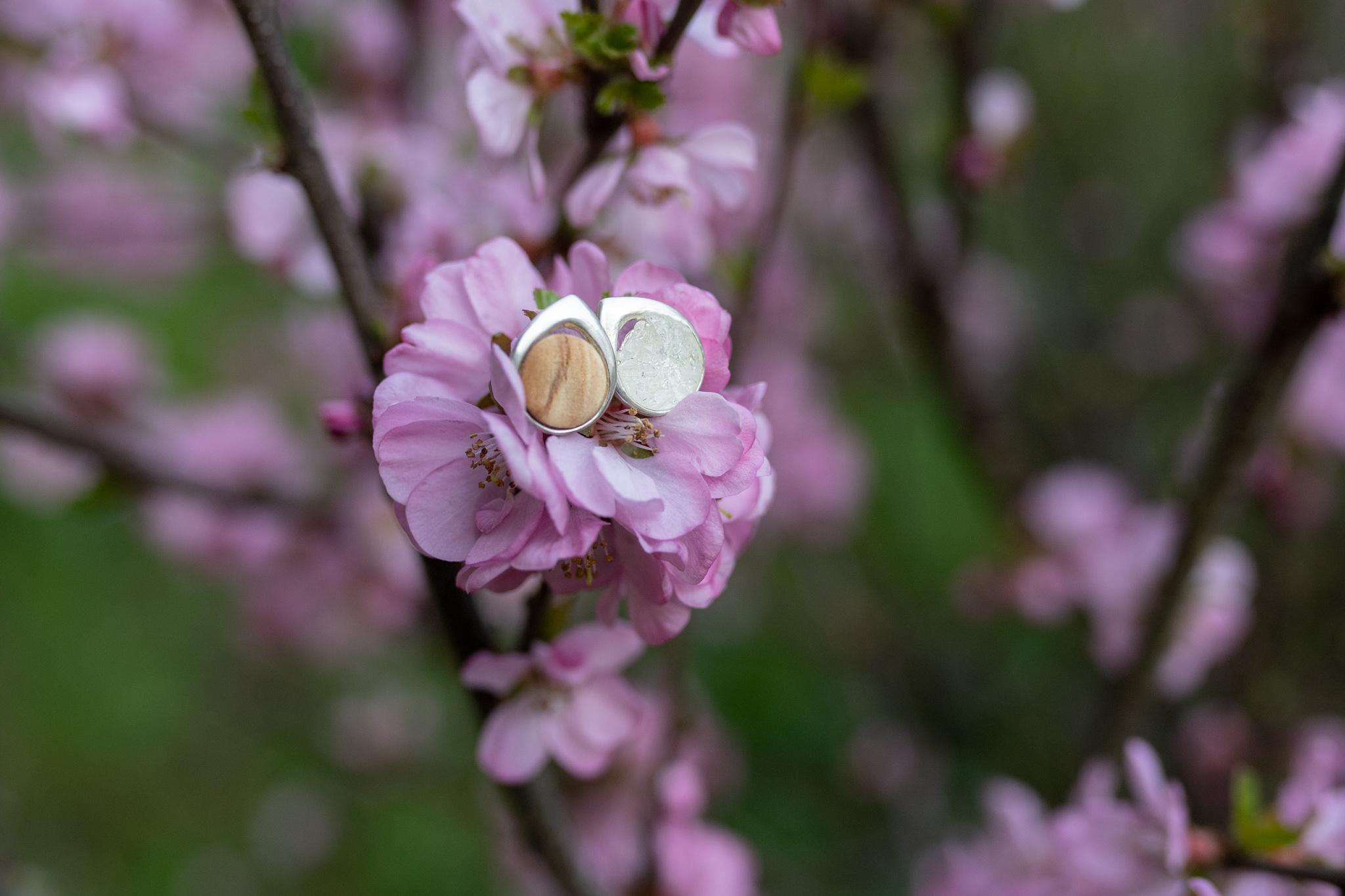 Stříbrné náušnice kapka lásky se švestkovým dřevem a křišťálem