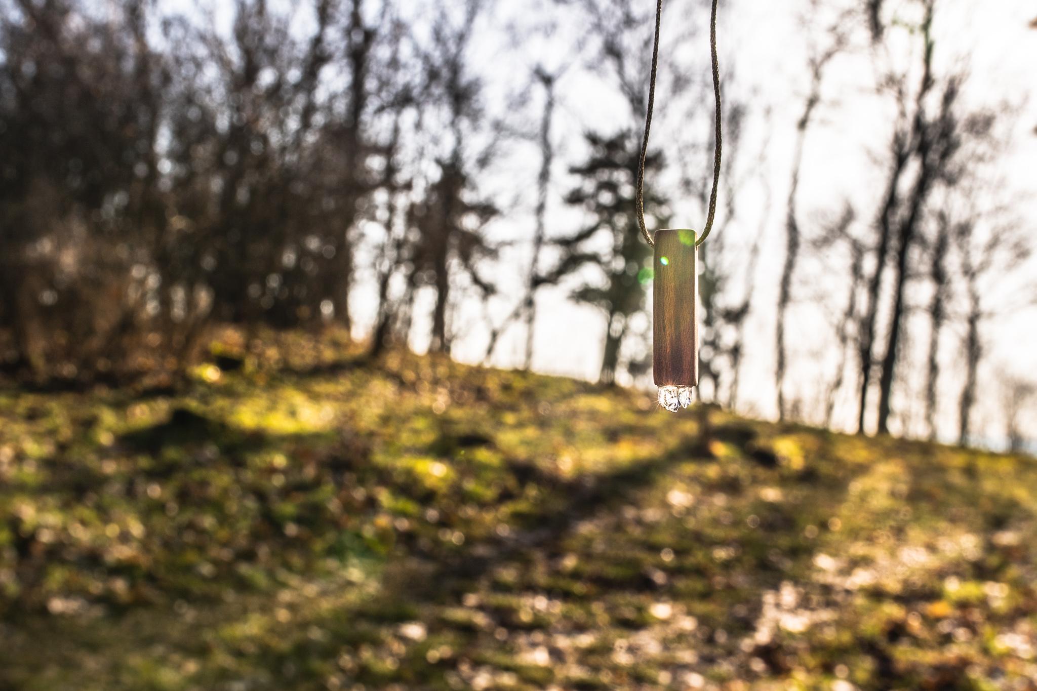Švestková Prasklinka s Křišťálem. Každá prasklinka je a bude absolutním originálem...Dřevíčko jsem ošetřila pomocí přírodní směsi Odie's oil. (Vyrobeno ručně)