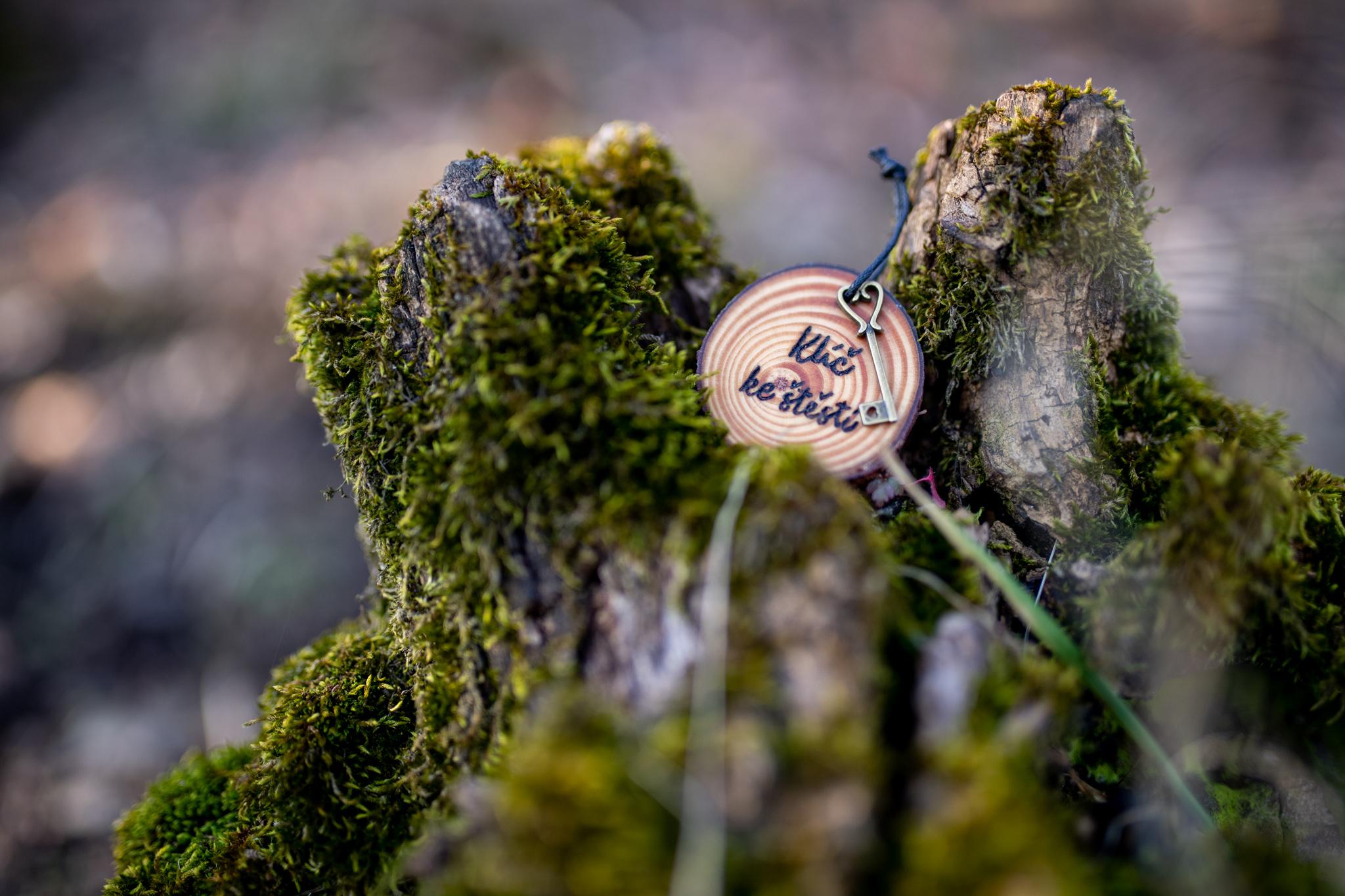 """Borovicové kolečko s ručně vypáleným textem """"Klíč ke štěstí"""". Ke dřevíčku je připevněný malinký kovový klíček, který má ve spodní časti malé roztomilé srdíčko...Kolečko je ošetřeno přírodní směsí Odie's oil (Vyrobeno ručně)"""