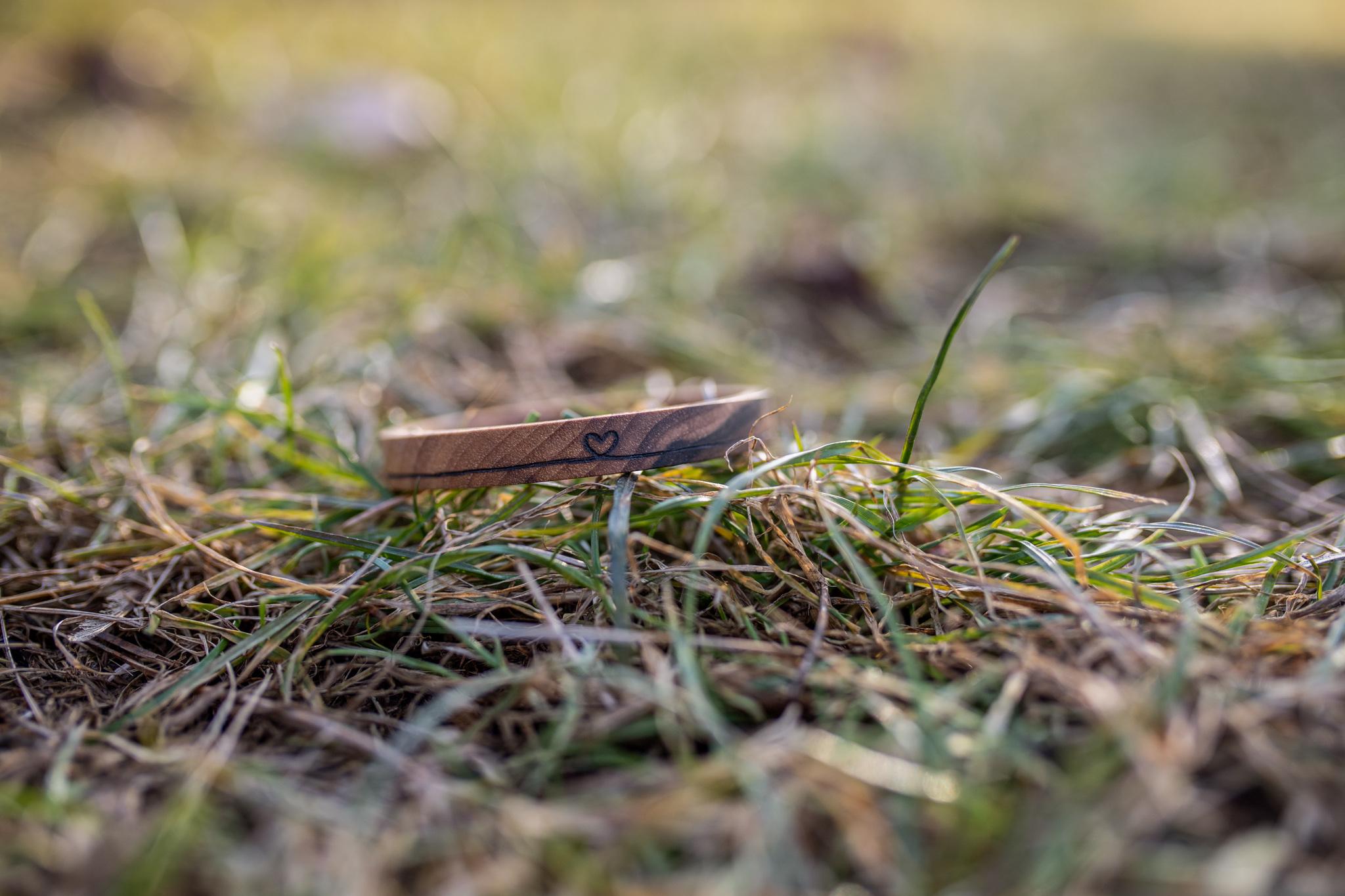 Celodřevěný náramek s nekonečnou láskou ... Náramky jsou vyrobeny z ořechového, třešňového, dubového, a jasanového dřeva a jsou ošetřeny přírodní směsí Odie's oil. (Vyrobeno ručně)