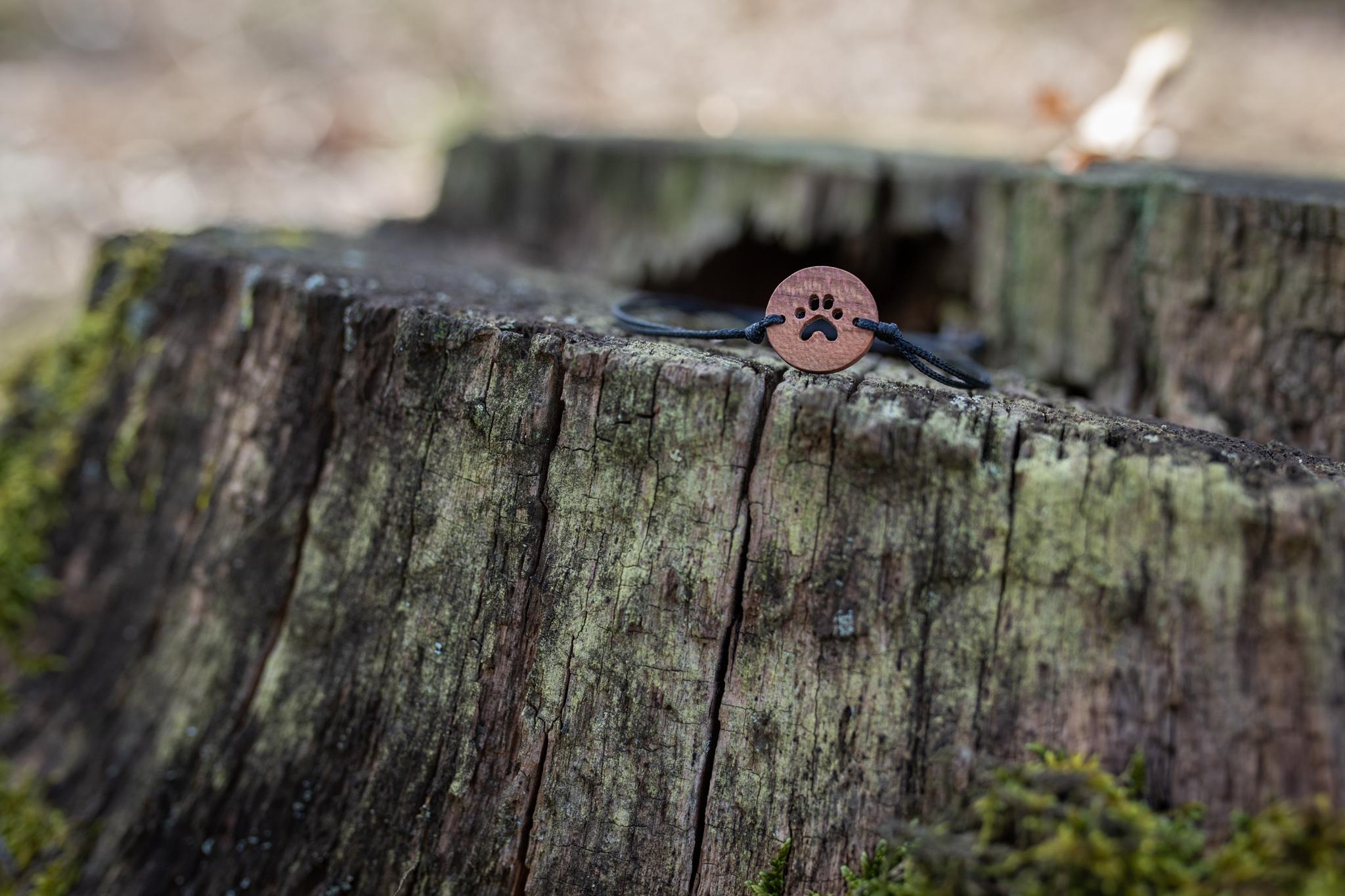 Medailonek s ručně vyfrézovanou tlapkou je vyrobený ze švestkového dřeva a ošetřený voskem.
