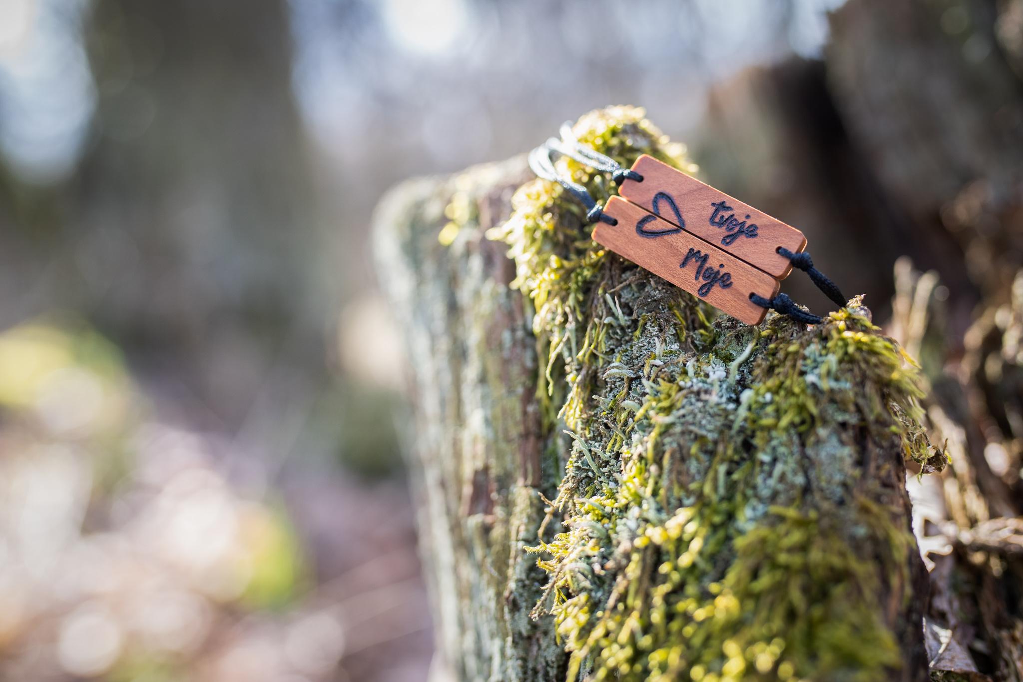 Destičky jsou vyrobené z třešňového dřeva a jsou ošetřeny přírodní směsí Odie's oil. Třešeň pochází z vlastní zahrady kousek od Brna. Všechny dřevěné výrobky vznikají od úplného počátku až do konce v mé dílničce za pomoci jednoduchého ručního nářadí