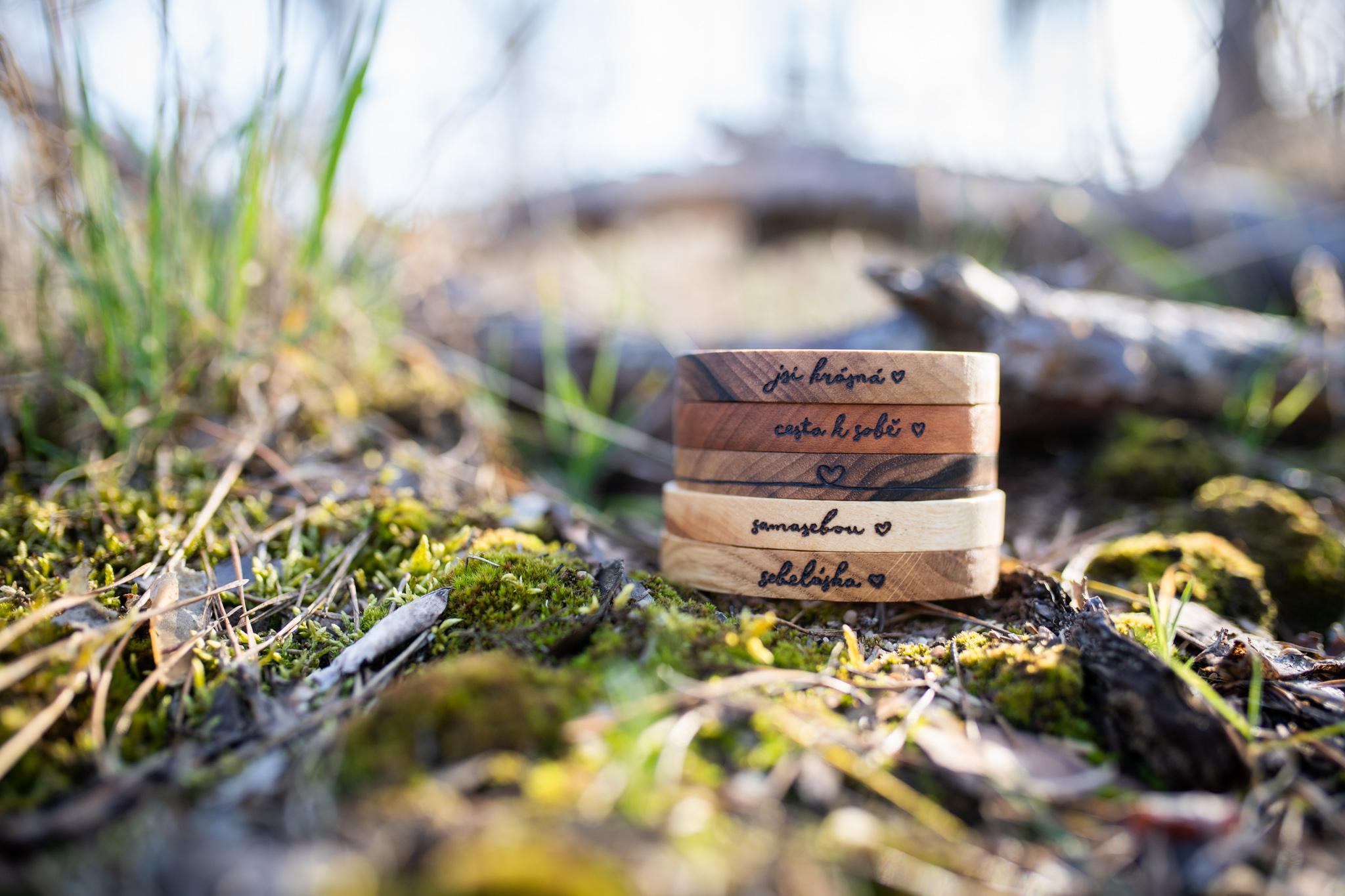 Celodřevěné náramky s vypálenými slovy jako samasebou, jsi krásná, sebeláska, cesta k sobě... Náramky jsou vyrobeny z ořechového, třešňového, dubového, a jasanového dřeva a jsou ošetřeny přírodní směsí Odie's oil. (Vyrobeno ručně)