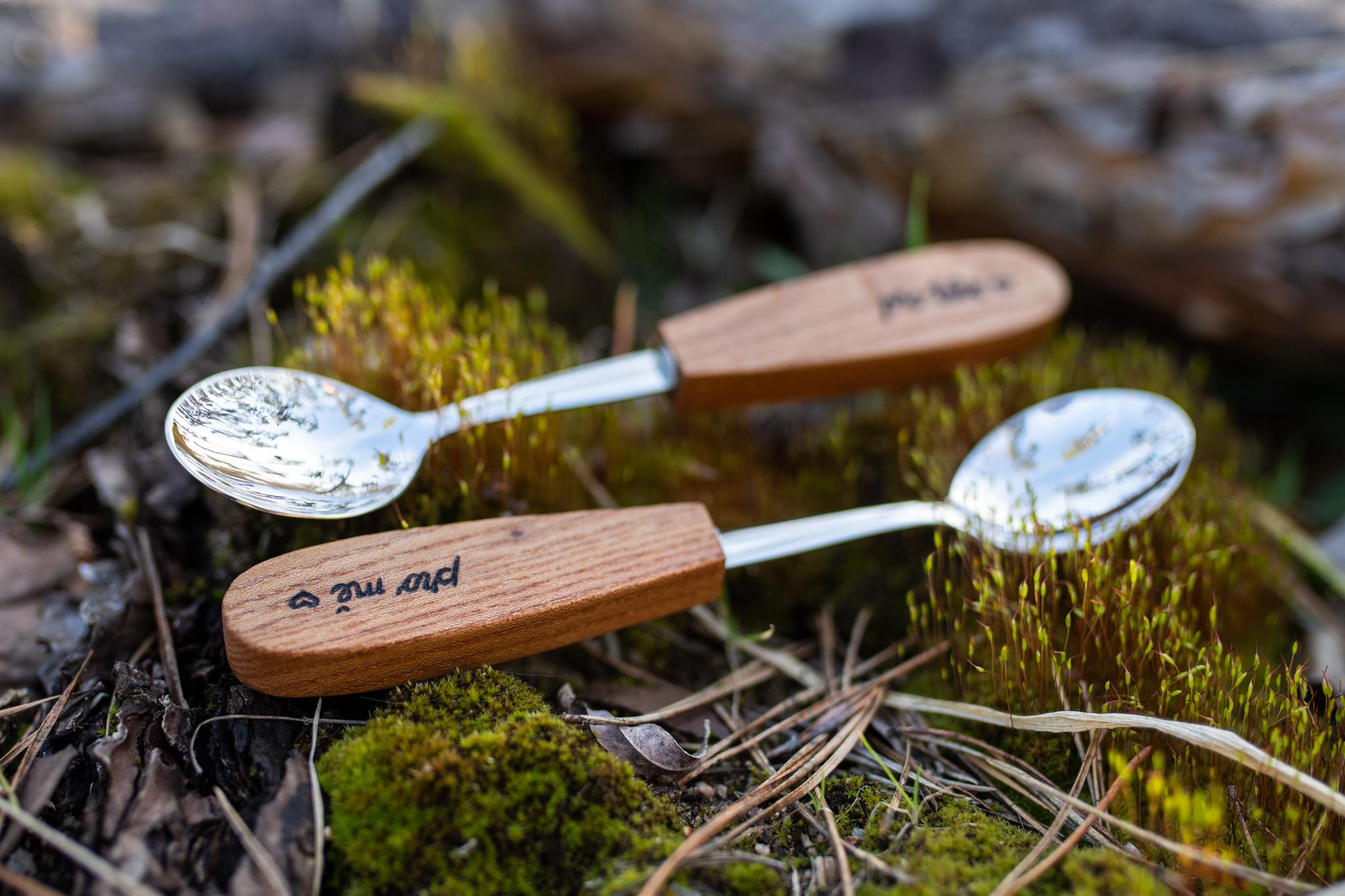 """Držadla lžiček jsem vyrobila ze švestkového dřeva a vypálila do nich text """"pro mě"""" a """"pro tebe"""". Dřevěné části jsem ošetřila přírodní směsí Odie's oil. Nerezový polotovar je vyroben ve spolupráci s českou značkou."""