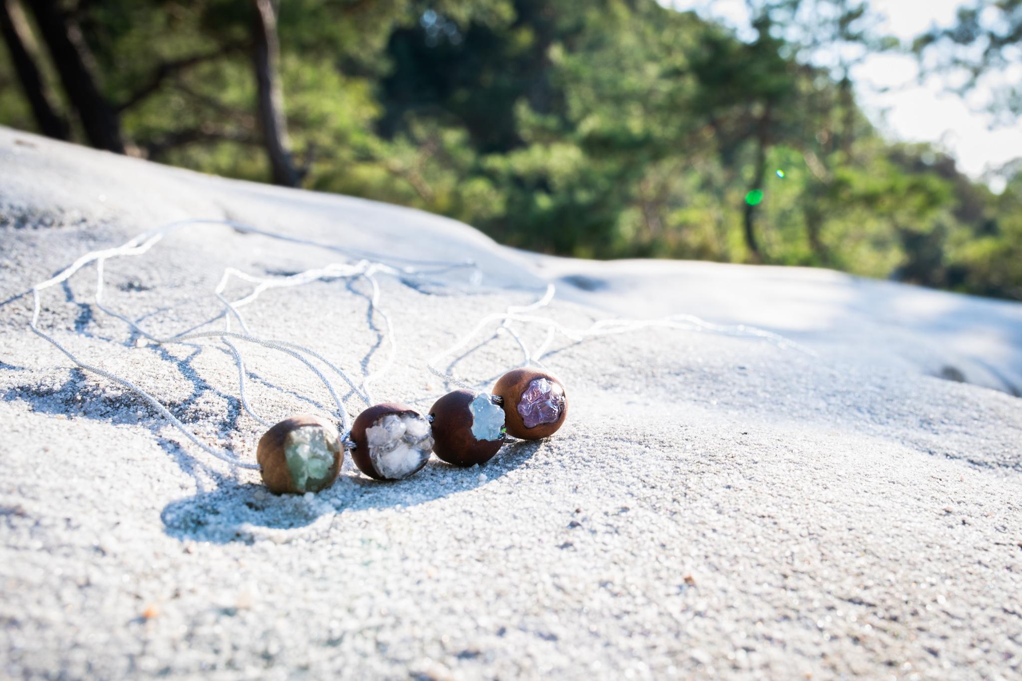 Prasklinky z českých dřevin ♡ s osazenými kameny - fialový ametyst, zelený avanturín, modrý celestin a bílý křišťál ♡ Prasklinka je vyrobená ručně od začátku až do konce v mé skromné dílničce. Každý kousek je jedinečný a neopak