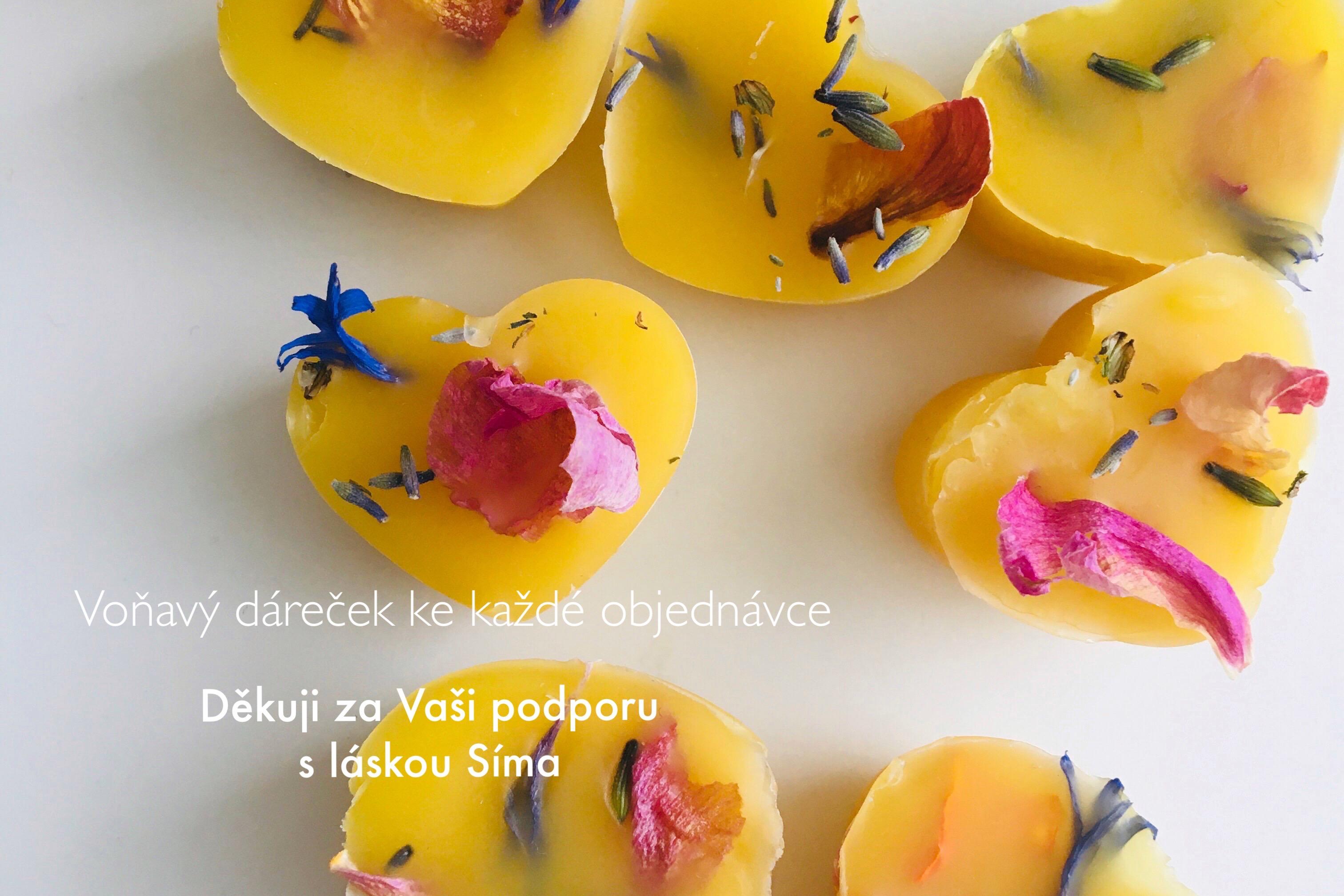 Voňavá srdíčka ze včelího vosku v kombinaci s přírodními esenciálními oleji, které jsou zdobené květinkami z vlastní zahrádky