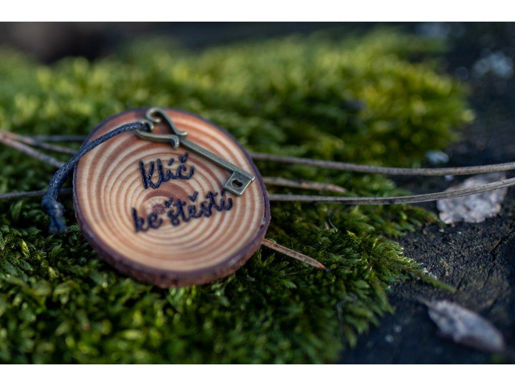 Dřevěný přívěsek klíč ke štěstí