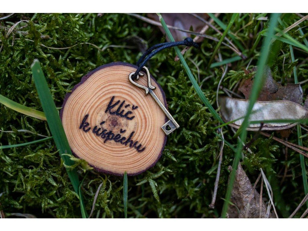 Dřevěný přívěsek klíč k úspěchu