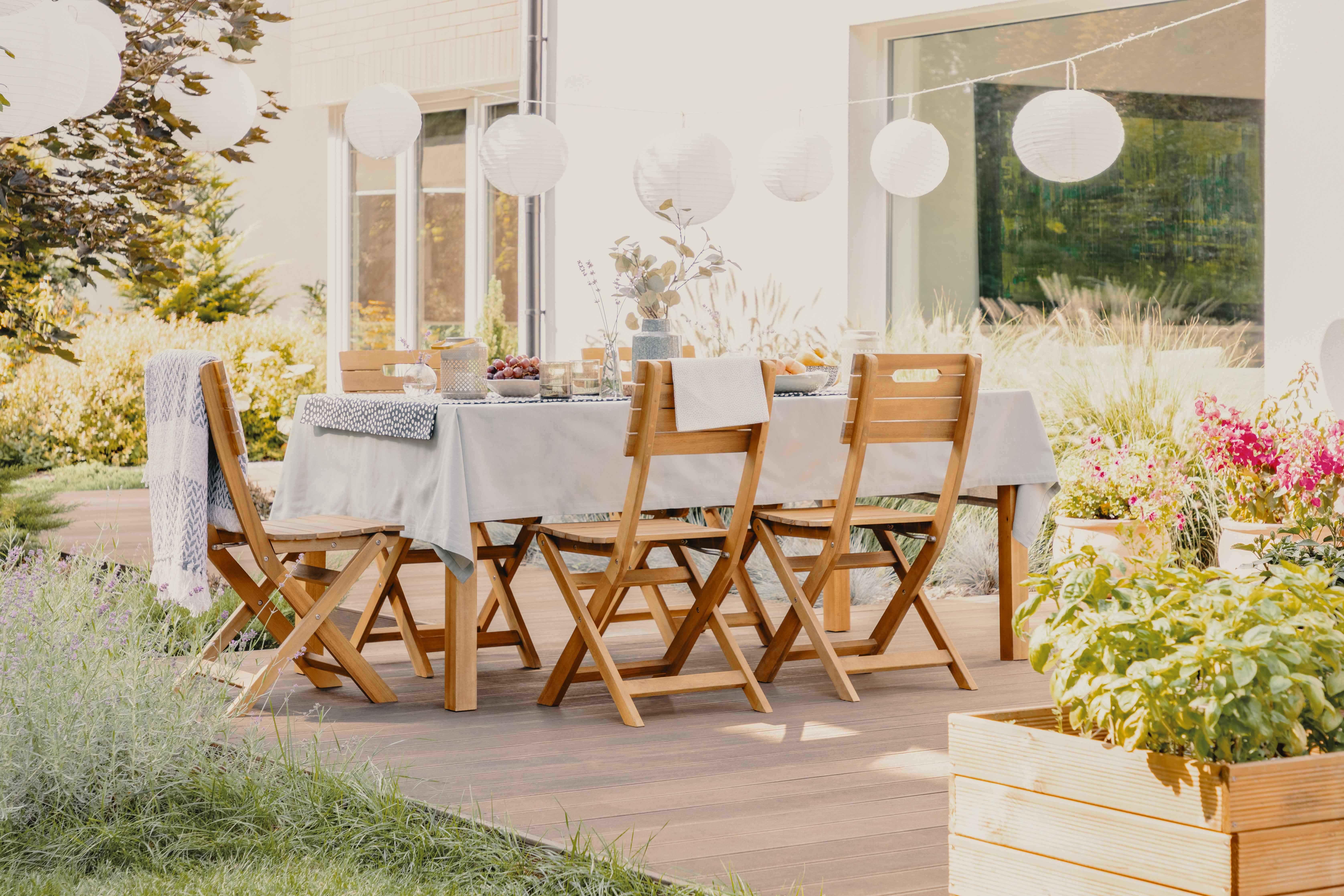 Prebuďte svoju záhradu k životu s dreveným nábytkom a dekoráciami