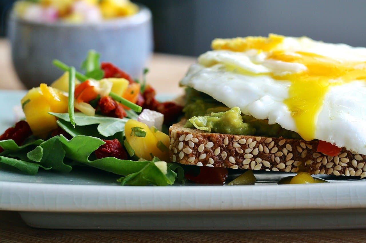Co jsou to bílkoviny a dokáží oddálit chutě na sladké?